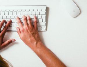 Praca przy komputerze może powodować ból łokcia
